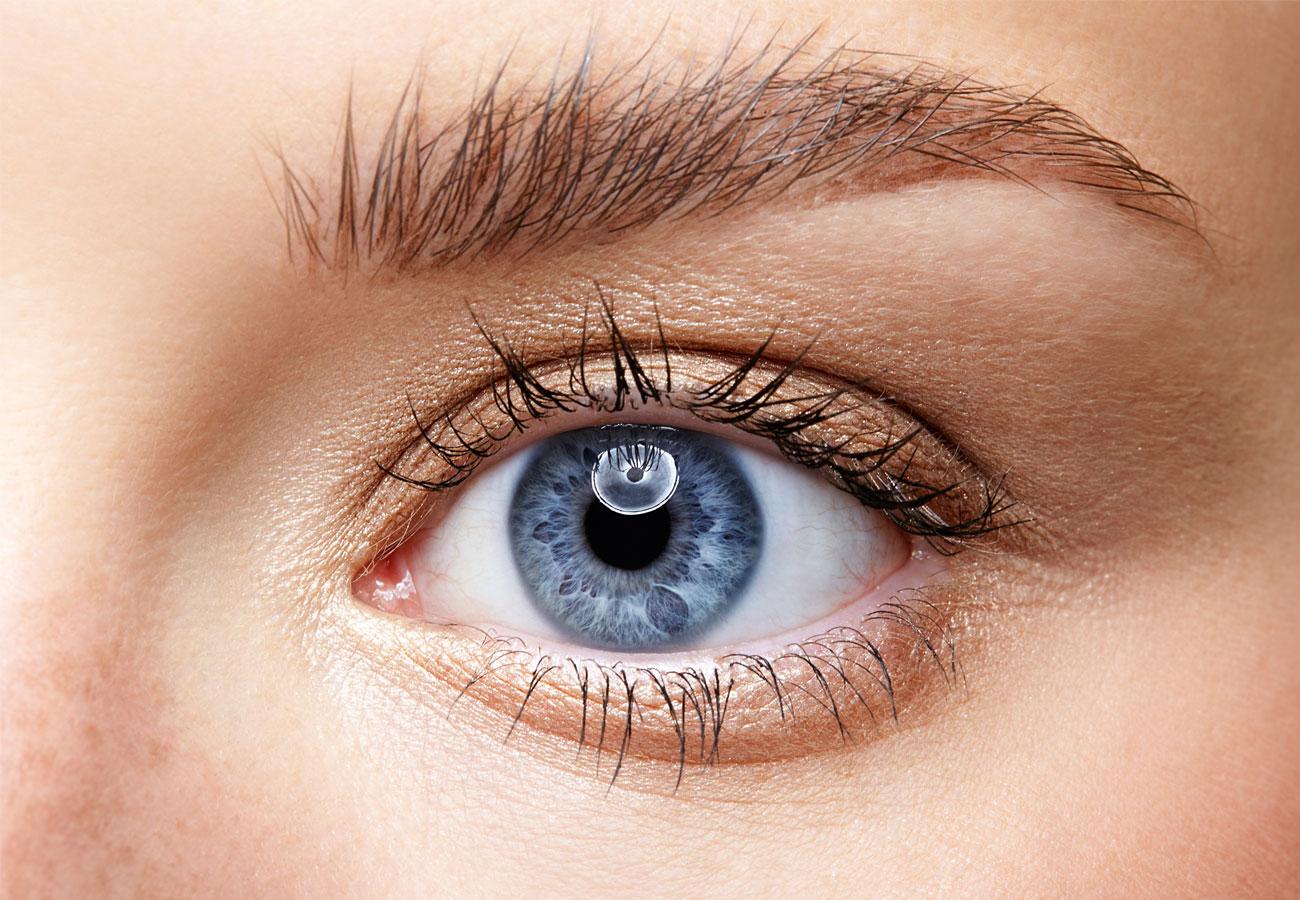 Gesundes blaues Auge einer Frau als Nahaufnahme im AugenCentrum Bayreuth