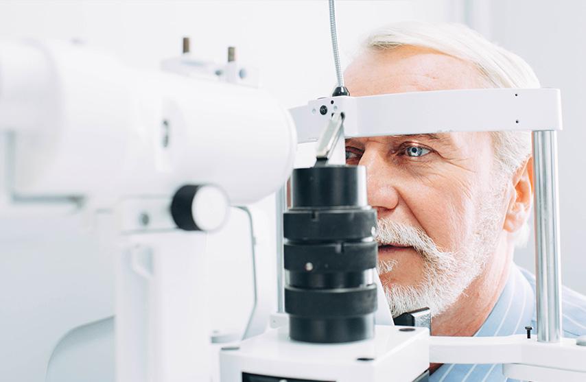 Augenuntersuchung eines Senioren in der Augenarztpraxis Dres. Krehn und Kollegen