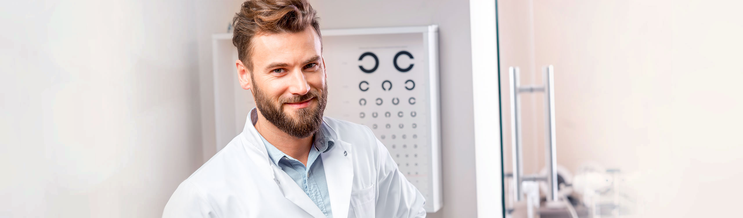 Ein Arzt vor der Sehschule des AugenCentrums Bayreuth