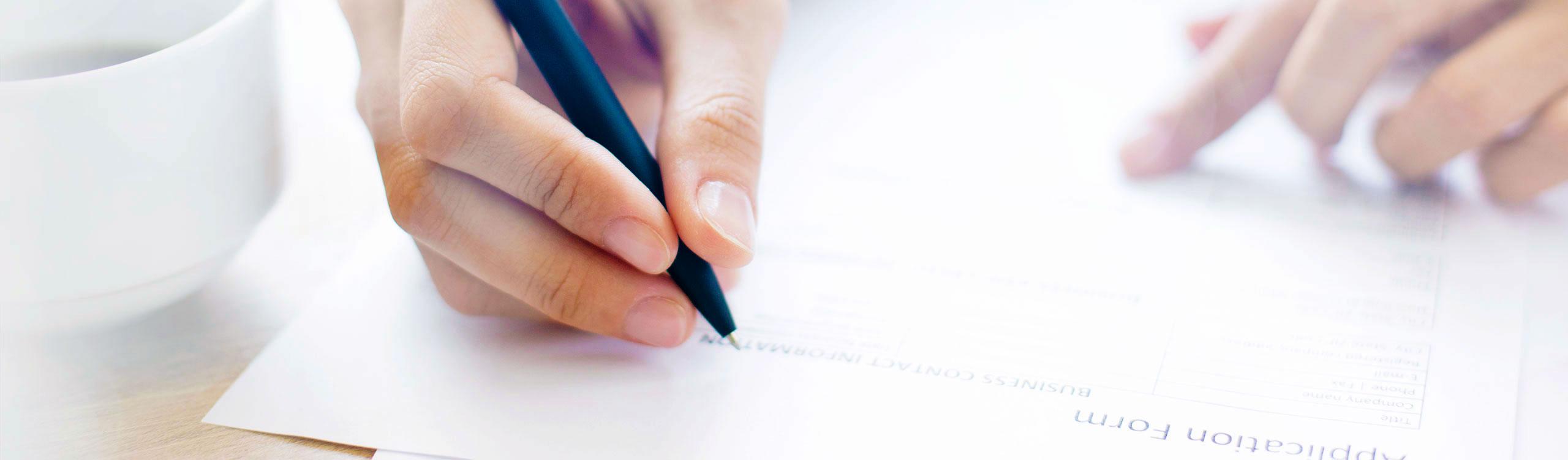 Für eine Karriere im AugenCentrum Bayreuth füllt ein Bewerber ein Formular aus