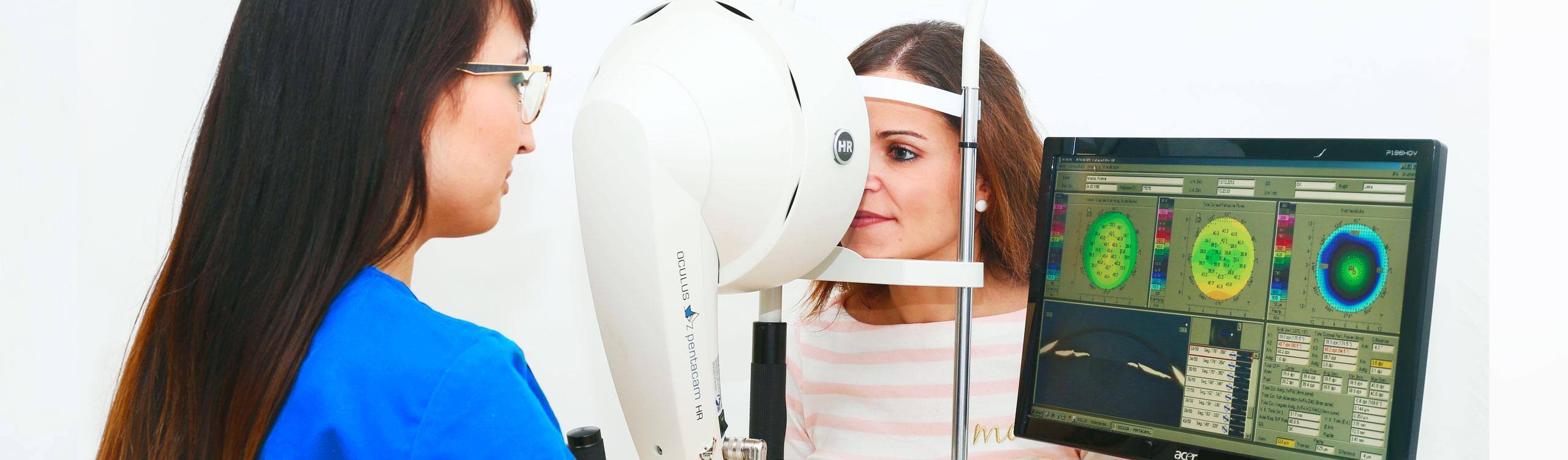 Eine Frau wird im Rahmen der Augendiagnostik im AugenCentrum Bayreuth untersucht