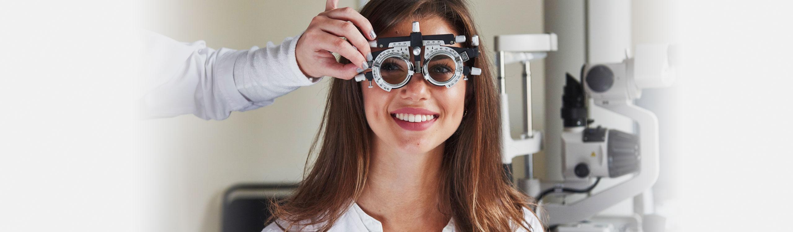 AugenCentrum Pegnitz: Junge Frau hat viel Spaß bei der Untersuchung in der Augenarztpraxis