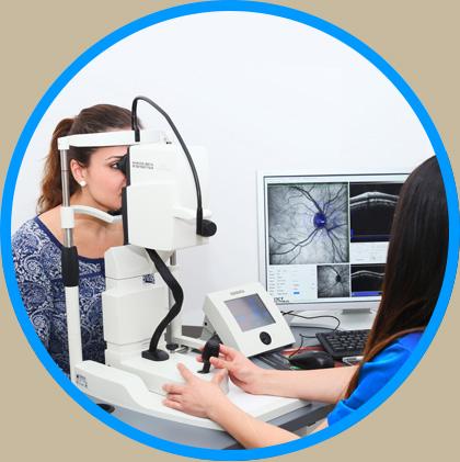 Frau bei einer Vorsorgeuntersuchung der Augen im AugenCentrum Bayreuth