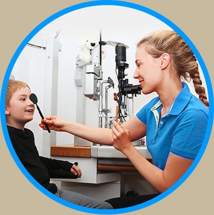 Orthoptistin Julia Tauscher bei der Untersuchung eines Jungen in der Sehschule des AugenCentrums Bayreuth
